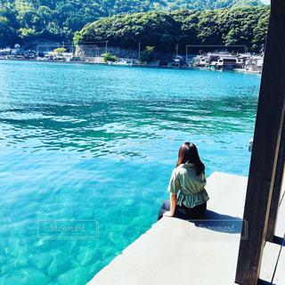 水域の隣に立っている人の写真・画像素材[2439406]