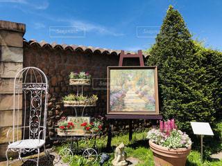 建物の前の庭の写真・画像素材[2445025]