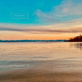 夕暮れ時の琵琶湖の写真・画像素材[4082095]