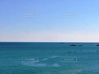 海の隣の大きな水域の写真・画像素材[2340157]