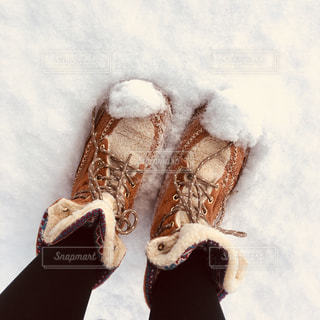 雪の中のスノーブーツの写真・画像素材[2496154]