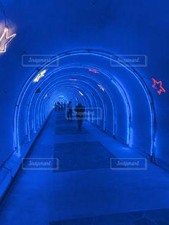 青のトンネルの写真・画像素材[2338975]