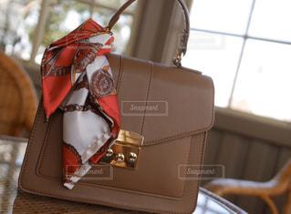 テーブルの上に座っているバッグの写真・画像素材[3125220]