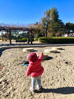砂の中に立っている小さな女の子の写真・画像素材[2339620]