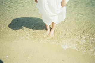 浜辺に立っている人の写真・画像素材[2375713]