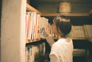 本棚を持っている人の写真・画像素材[2743214]