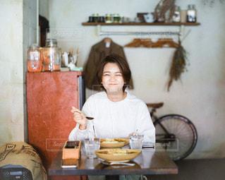 テーブルの上で食べ物を作る人の写真・画像素材[2871819]