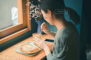 テーブルに座っている人の写真・画像素材[2896691]