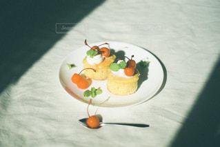 食べ物の皿をテーブルの上に置くの写真・画像素材[2901942]