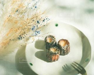 お皿の上にケーキを一切れの写真・画像素材[2901941]