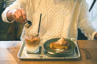 食べ物のボウルを持っている人の写真・画像素材[2901945]