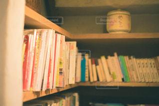 本棚の上に座っている本の写真・画像素材[2901946]
