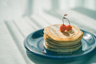 皿の上のケーキの一切れ目を閉じるの写真・画像素材[2901948]