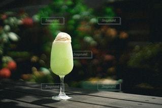 テーブルの上のガラスの花瓶のクローズアップの写真・画像素材[3104560]