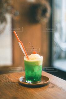 テーブルの上のオレンジジュースのグラスのクローズアップの写真・画像素材[3104564]