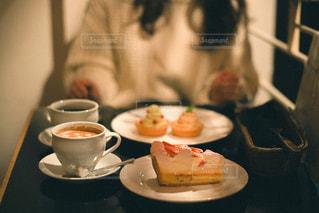 食べ物の皿とコーヒー1杯の写真・画像素材[3104568]
