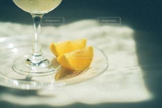 テーブルの上に座っているワインのグラスの写真・画像素材[3139735]