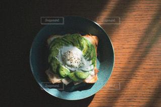 皿の上に食べ物のボウの写真・画像素材[3153607]