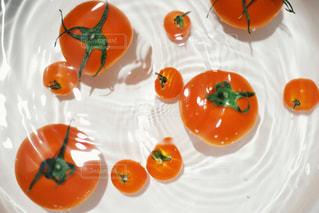 テーブルの上のオレンジのグループの写真・画像素材[3201112]