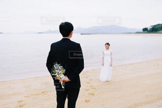 砂浜の上に立っている男の写真・画像素材[3892683]