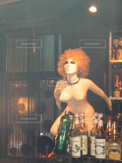 ワインのボトルの隣に立っている人の写真・画像素材[2340939]