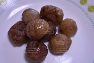異なる種類の食べ物をトッピングした白い皿の写真・画像素材[2831104]