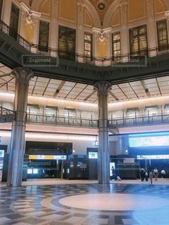 東京駅の改札をでてすぐの、はじめのエントランスの写真・画像素材[2342761]