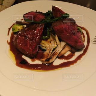 肉と野菜をトッピングした白い皿の写真・画像素材[3110052]