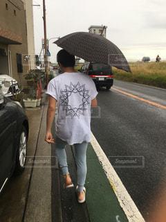 傘を持って通りを歩く人の写真・画像素材[2382406]