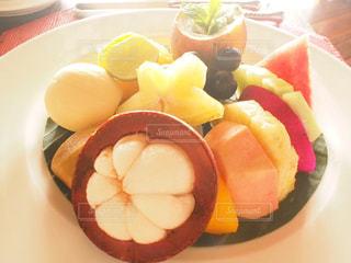 皿の上の果物のボウルの写真・画像素材[2345070]