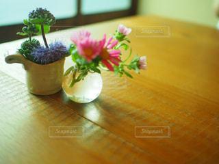 木製のテーブルの上に座っている花瓶の写真・画像素材[2345465]