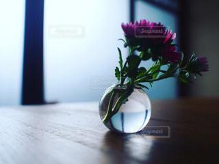 木製のテーブルの上に座っている花瓶の写真・画像素材[2345466]