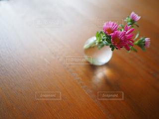 テーブルの上の花瓶の写真・画像素材[2345467]