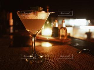 テーブルの上に座っているワイングラスのクローズアップの写真・画像素材[2433215]