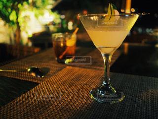 テーブルの上のワインを一杯の写真・画像素材[2433217]
