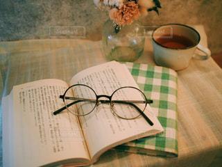 木製のテーブルの上に置かれた本の写真・画像素材[2436663]