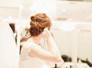 白いドレスを着た女性の写真・画像素材[2436687]