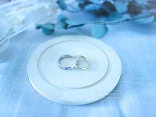テーブルの上の指輪のクローズアップの写真・画像素材[3508374]