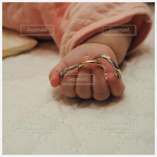 赤ちゃんの手と指輪の写真・画像素材[2350131]