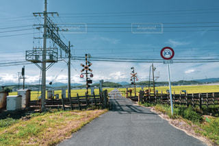 田舎の線路脇の写真・画像素材[2353254]