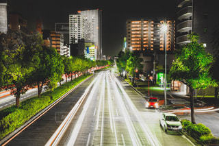 通りを走る車の写真・画像素材[2466246]
