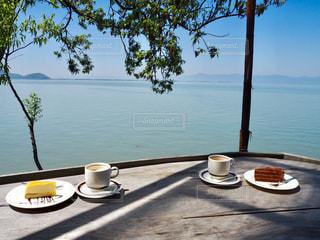 琵琶湖を見ながらひと休みの写真・画像素材[2348582]