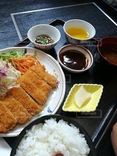 テーブルの上の食べ物の皿の写真・画像素材[2349541]