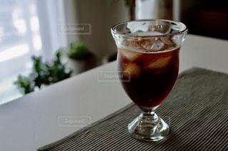テーブルの上に座っているワイングラスのクローズアップの写真・画像素材[2348573]