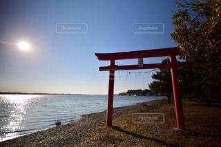 水域の隣のベンチの写真・画像素材[2348784]