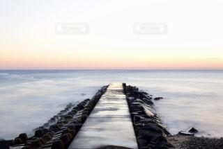 水域の前に桟橋があるビーチの写真・画像素材[2348786]