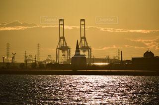 水域の中の大きな船の写真・画像素材[2348955]