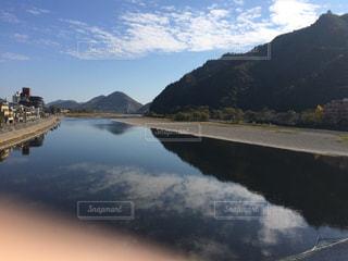 山を背景にした水域に架かる橋の写真・画像素材[2348961]