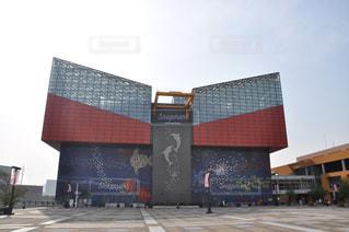 大阪水族館海遊館を背景にした大きな建物の写真・画像素材[2349019]