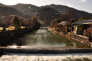 山を背景にした水域に架かる橋の写真・画像素材[2349220]